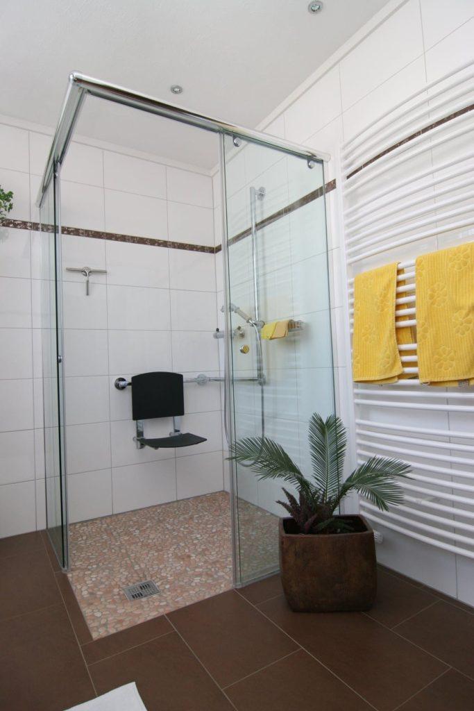 Moderne zugängliche & behindertengerechte Dusche von SHK Fröhlich